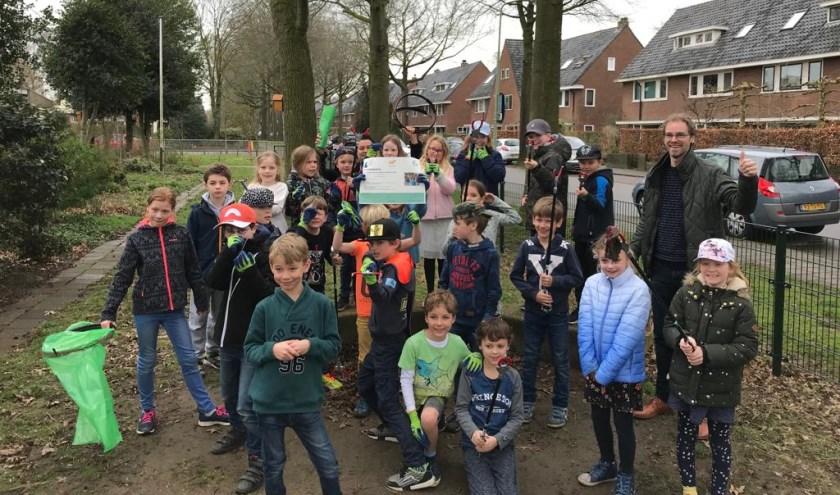 De school ontving van Mirjam Tonk en Judith Stoker, medewerkers van De Boswerf, een aantal zwerfafvalgrijpers, vuilniszakringen en handschoenen.