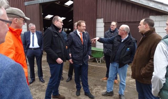 Tijdens het bezoek aan een boer in de gemeente Zaltbommel zijn de asbestdaken besproken.