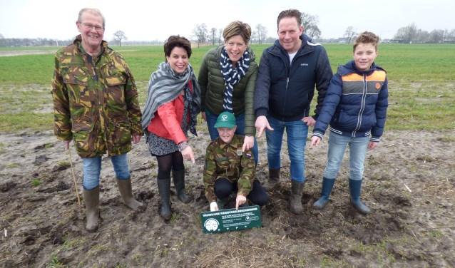 Wethouder Willemien Vreugdenhil (tweede van links) samen met Nanne Galema (l) en Kevin van Laar (middenvoor) en met de familie Van Stempvoort (r) bij het 1e Kievitsnest  van het Binnenveld.