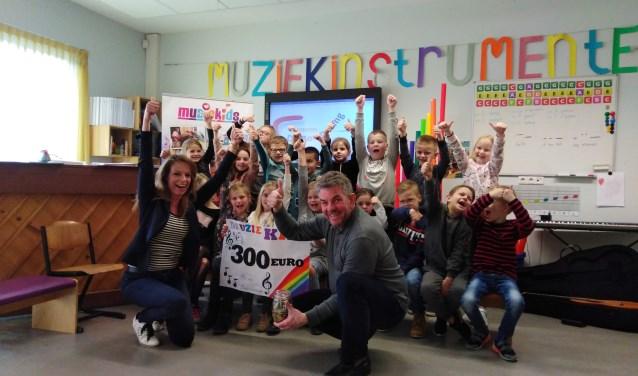 Tijdens een ontzettend leuke muziekles met het thema carnaval, werd de cheque en de pot met het opgehaalde geld, wel 300 euro, uitgereikt.