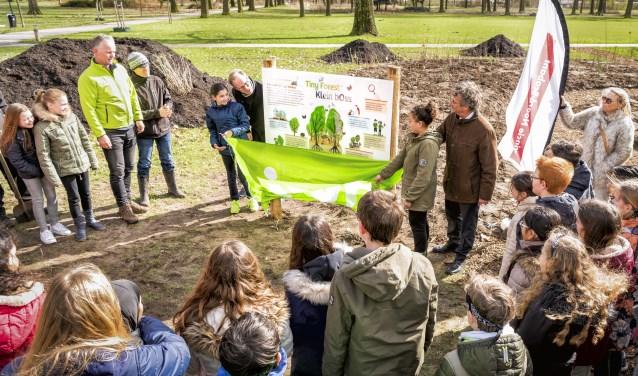 Leerlingen van de Montessorischool Elzeneind hadden de eer om het eerste Tiny Forest in Oss aan te planten. Samen met wethouder en gedeputeerde onthulde ze er een informatiebord. Foto: Gemeente Oss