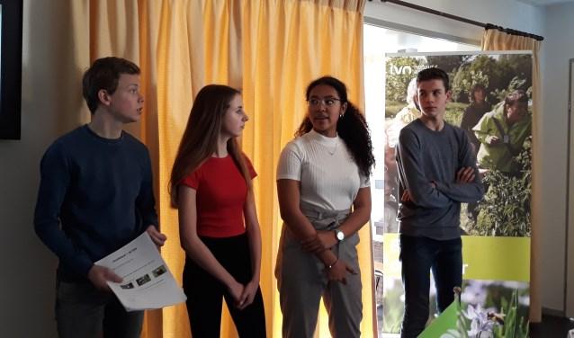 Een groepje leerlingen van het d'Oultremontcollege uit Drunen presenteert hun advies aan de jury en aan alle overige aanwezigen.