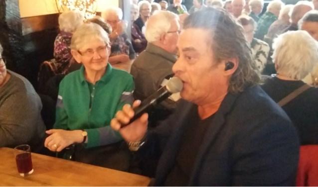 Zanger Rob van Daal en zijn muzikale vrienden bezorgden de gasten in Hoeve Galderzicht 'n vrolijke middag. FOTO: RENÉ VAN DER VELDEN