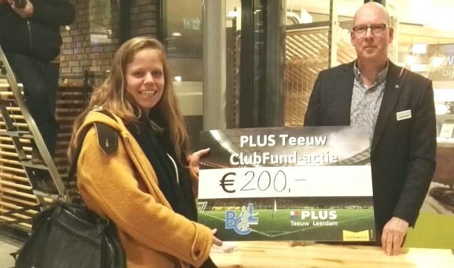 Ans van 't Pad neemt de cheque namens BC Leerdam in ontvangst. Foto: Rindert van Keulen