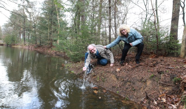 Margo en Geert Jan zijn beide verkiesbaar voor een andere partij. De zorg voor schoon water is wat alle partijen verbindt. (foto: Feikje Breimer)