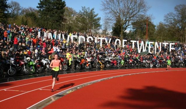 Sinds 1973 rennen jaarlijks 8.500 studenten van het centrum van Nijmegen, via Duitsland en de Achterhoek, naar de campus van de Universiteit van Twente.