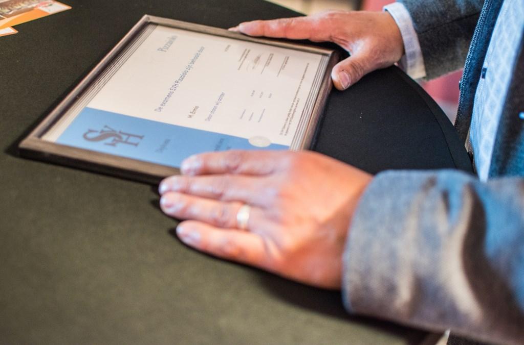 Het diploma. Foto: SVH  © Persgroep