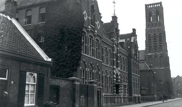 Foto: De Begijnenstraat met het St. Nicolaasinstituut en de Grote Kerk, Oss 1932 (Fotopersbureau Het Zuiden, collectie Stadsarchief Oss)