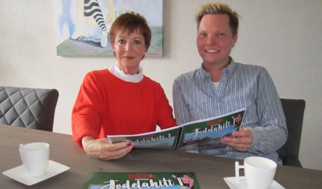 Diny van Haandel en Rob van Vliet buigen zich over het script van de klucht die op vrijdag 12 en zaterdag 13 april wordt opgevoerd.