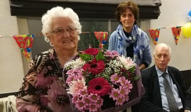 De jubilerende Grietje met achter haar voorzitter Heleen van Hoogdalem. Eigen foto