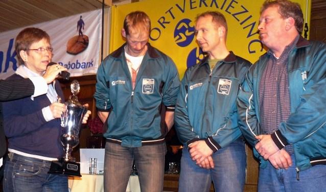 Annie Borckink reikt hier in 2008 de naar haar genoemde trofee uit aan (vanaf links) Edwin Goorhorst, Gerben Jansen en coach Marty te Luggenhorst van de Touwtrekkersvereniging Eibergen.