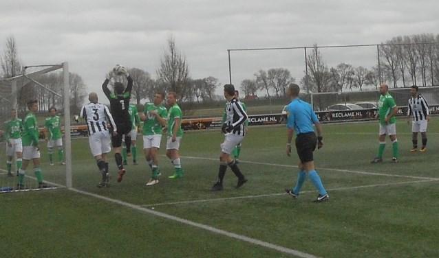 Drukte voor het doel van Kogelvangers dat in Dordrecht met 3-0 klop kreeg van Dubbeldam