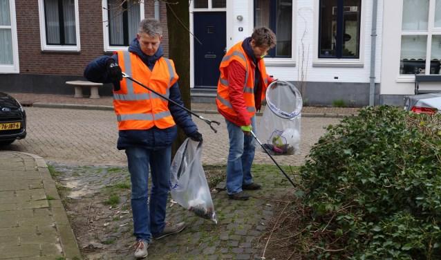 Vrijwilligers gingen aan de slag om het centrum van Grave op te schonen. (foto Marco van den Broek)