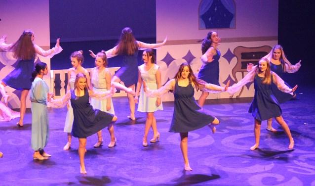 Aan de musical deden enkele tientallen leerlingen mee en allen keurig in een passende outfit. (Foto's: Pieter Vane)