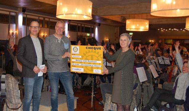 Van links naar rechts: Henk Vellekoop, Pascal Bos en Margot Kleinpenning tijdens de uitreiking van de cheque. (foto: De Club)