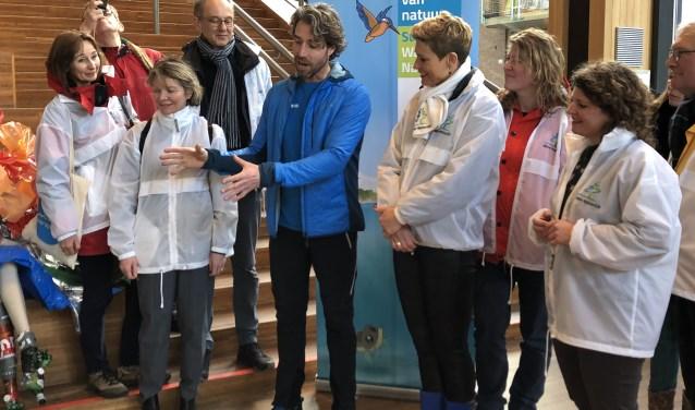 Plastic soep surfer Merijn Tinga neemt verzameld zwerfafval in ontvangst in Rozet