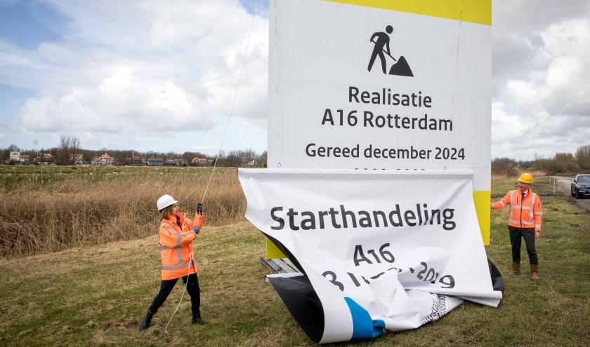 Links minister Cora van Nieuwenhuizen en rechts Hein Versteegen, directeur van Bouwcombinatie De Groene Boog.