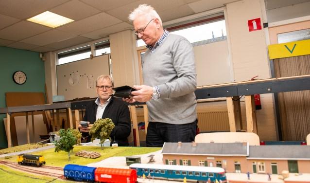 Rob van der Waals (links) en Ben Smit van de Veluwse Modelspoor Club (VMC) in hun clubhuis aan de Europalaan in Epe. (foto: Dennis Dekker)
