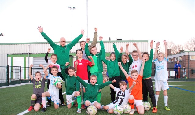 Een obligatielening is investeren in de jeugd en de toekomst van de club, aldus bestuurslid Hans Verouden (l.a.) en spelend lid Rens Bressers.