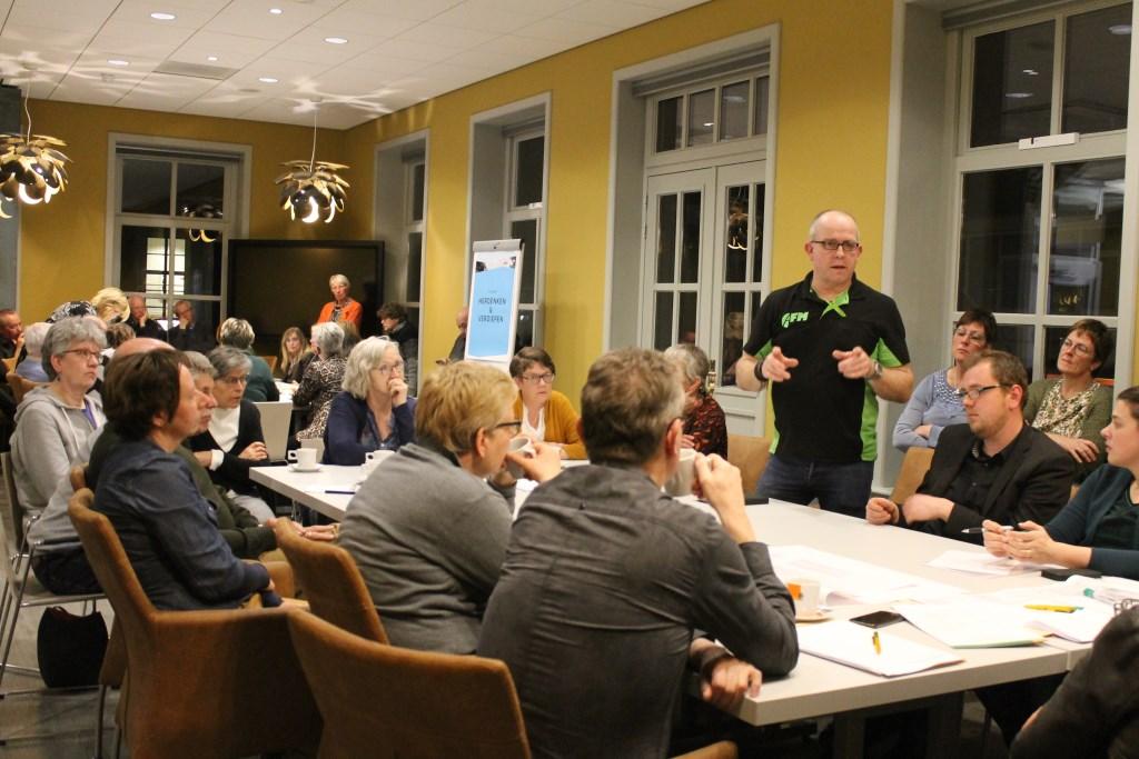 Ideeën worden naar voren gebracht aan de thematafel: 'Herdenken en Verdiepen'. Foto: Leo van der Linde © Persgroep