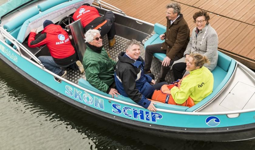 Burgemeester Wobine Buijs en wethouder Johan van der Schoot aan boord van Skón Schip, de boot die helpt de Maas schoon te houden.