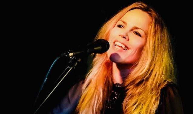 Singer-songwriter Elrieke van Gelderen is op zondag 24 maart te gast in de Cultuurtoren van Mariënkroon in Nieuwskuijk.Foto: Walter Goyen