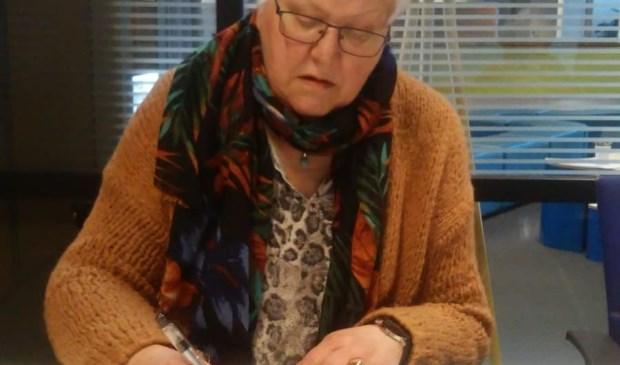 Een emotioneel moment voor Marijke Spoorenberg bij de inschrijving van haar doodgeboren zoontje Shai in het Basis Register Personen.