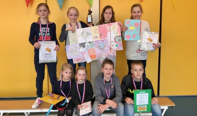 Onder (vlnr) Luna te Have, Ismee Klein Goldewijk, Kyano Hasselo en Loek Meijer. Boven (vlnr) Eva Ripping, Anna Ripping, Liz Saaltink en Lena Berentsen.