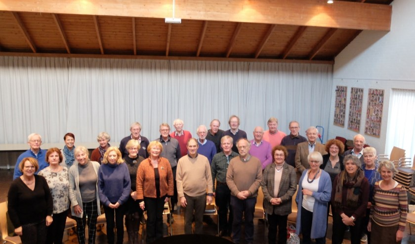 De koorleden tijdens een repetitie