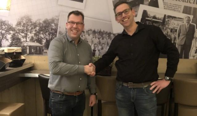 Jeroen Franck (rechts) heeft de voorzittershamer bij de jeugdafdeling van v.v. DEOdoorgegeven aan Patrick Bleumink.