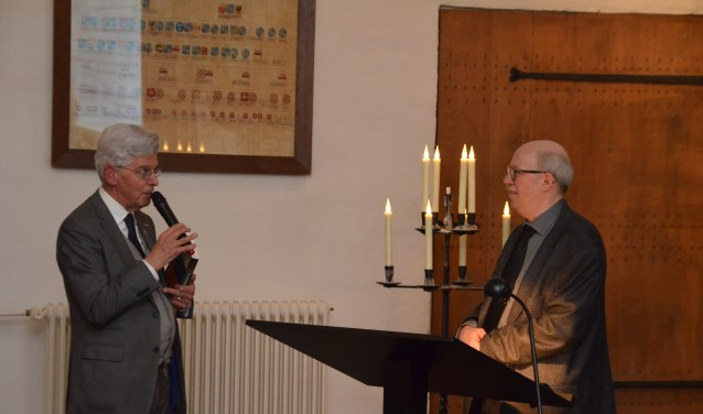 Oud-burgemeester van Ammerzoden, Jan Pommer,  bedankt Alois van Doornmalen voor de ontvangst van het eerste exemplaar.