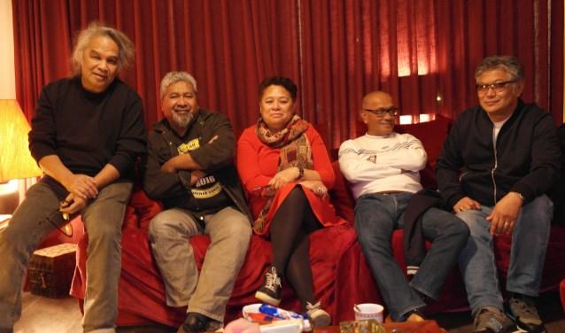 De werkgroep compleet, Vic Latumahina, Tom Polnaija, Liena Rutumalessy, Miquel Tomatala en Johnny Lopulissa van links naar rechts