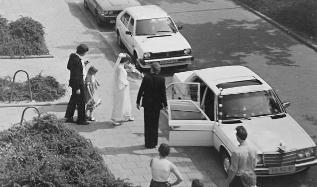 Trouwen in de jaren zeventig in 's-Gravendeel. Dan was de trouwauto bijna altijd dit type Mercedes. (foto: Aart Pieters †)