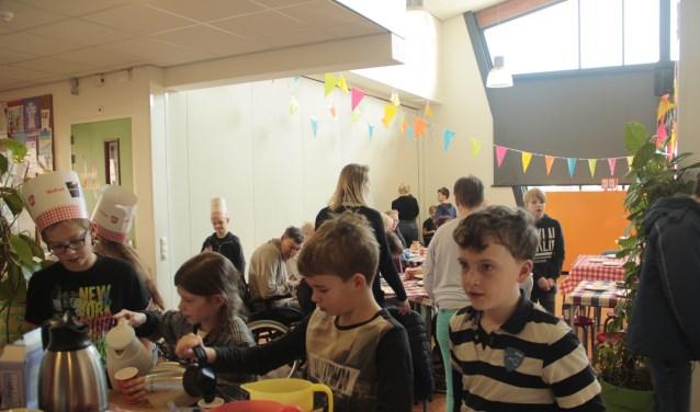 Leerlingen serveren op school