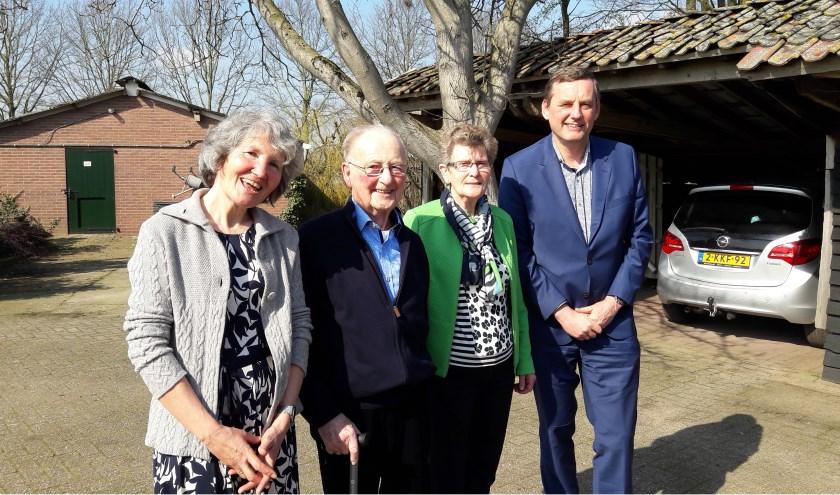 Bruidspaar Wim en Riek Lammers met burgemeester Stapelkamp en zijn echtgenote.