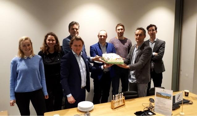 Wethouder Dennis Gudden heeft de eerste 'Dankjeweltaart' uitgereikt aan de Wageningse ondernemer Greenfood50.