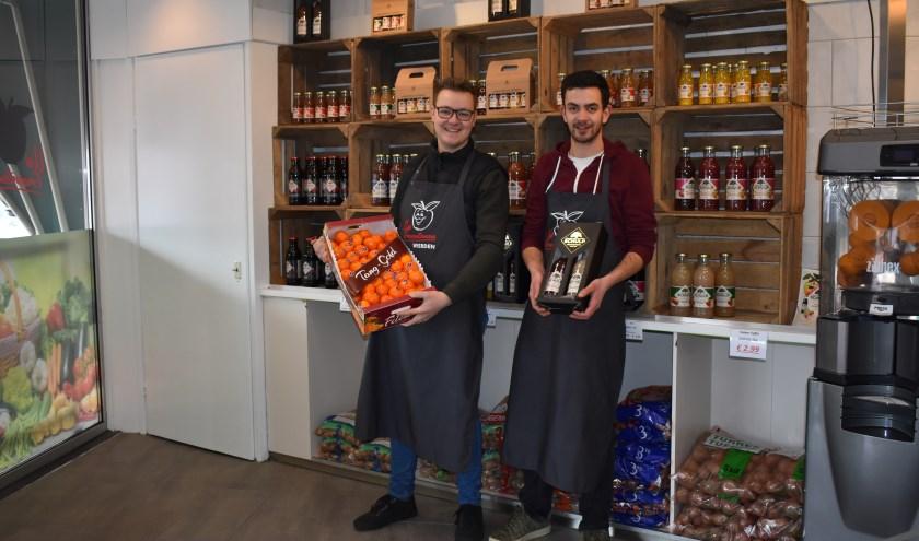Bas van der Kolk en Wilbert Smalbrugge zijn heel tevreden over het nu loopt met hun winkel. Foto: Jolien van Gaalen.