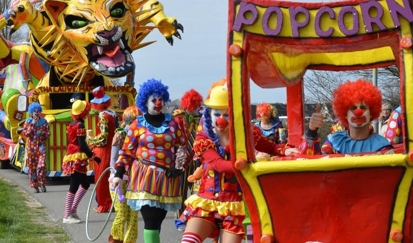 Carnavalsvereniging  Lauwemannenpappers uit Beemte Broekland bij Apeldoorn trok met een kleurrijk circus mee. (foto: Ab Hendriks)