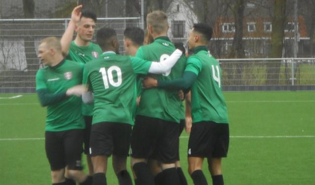 FC Dordrecht Amateurs vierde maar liefst zeven keer een feestje tegen titelconcurrent Devo (7-1).