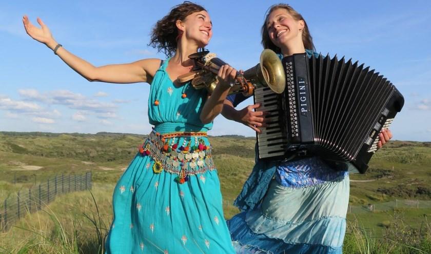 Moniek de Leeuw (viool/zang/composities) en Ilse Roskam (accordeon/zang). (foto: pr)