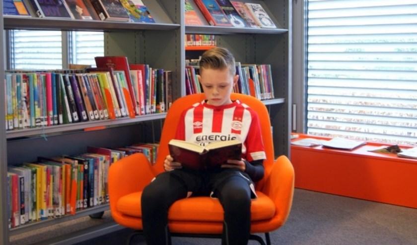 Fabrice gaat graag naar de bibliotheek maar heeft thuis ook veel boeken. Foto: Daan en Harry