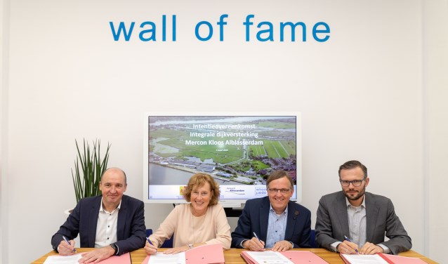 De overeenkomst werd ondertekend door (v.l.n.r.) Jaco Poldervaart (Whoonapart BV), Adri BomLemstra (gedeputeerde provincie Zuid-Holland), Goos den Hartog (Waterschap Rivierenland) en Arjan Kraijo (wethouder Alblasserdam). (Foto: Privé)