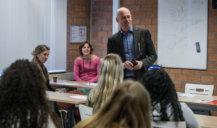 Wethouder Cees van Eijk vraagt de studenten of zij weten wat er op dit moment in hun portemonnee zit.