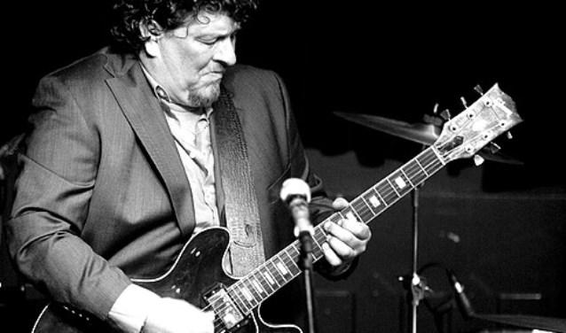 Jean Paul Rena, opgegroeid in een muzikale kunstenaars familie, is een blues- en gitaarverslaafde zolang hij zich kan herinneren.