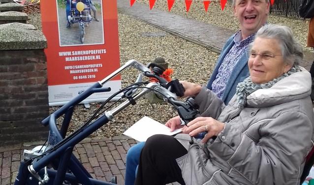 Hans Waaldijk fietst met Bep Iepenburg op de duofiets. Foto: Virga Lipman