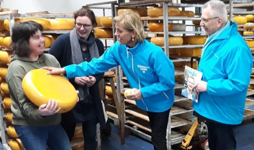 Linda van Willigen en Fred Temminck plakken label op de kaas van familie Noordam. (Foto: Noordam Hellouw)