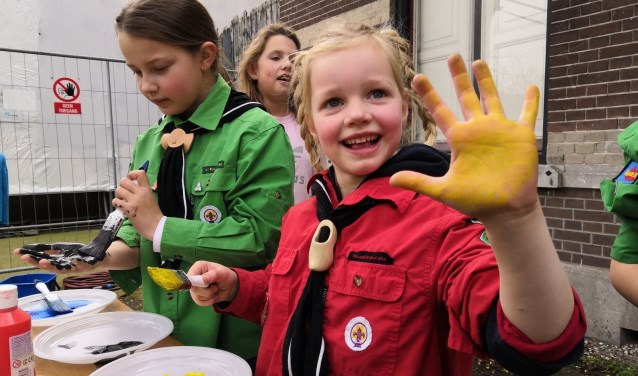 Bij het jubileum van de Scouting Tono-groep mochten de leden met verf hun handafdruk op het jubileumbord zetten