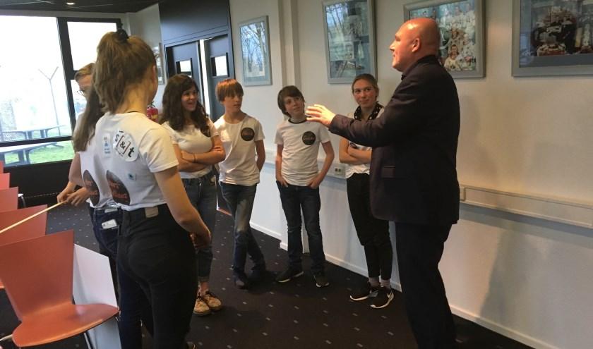 André Kuipers leert de leerlingen dat zout in de ruimte de zuurtegraad van het bloed verandert. Foto: PR