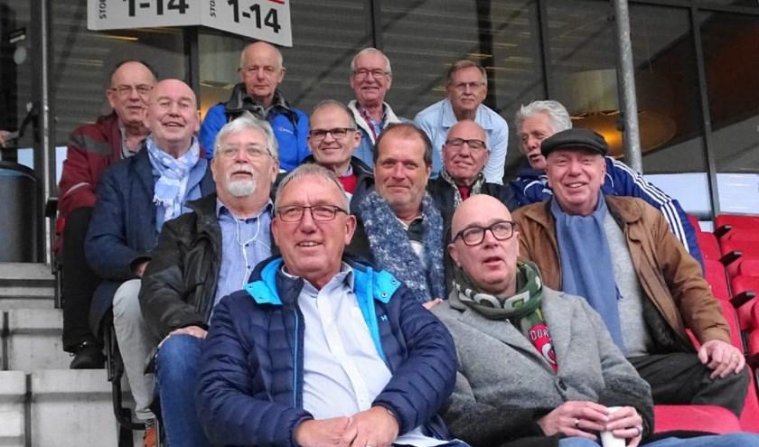 De Dordtse 'walking footballers' bekijken na hun wedstrijd het treffen tussen Telstar en FC Dordrecht.