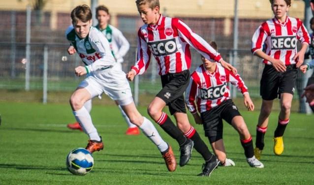 Alphense Boys JO13 had Cambuur en FC Utrecht al uit het bekertoernooi geknikkerd, maar FC Groningen bleek een maatje te groot: 0-4. Foto: Paul Bahlmann